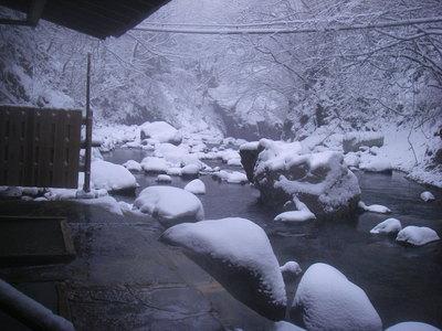 川岸露天風呂からの雪景色